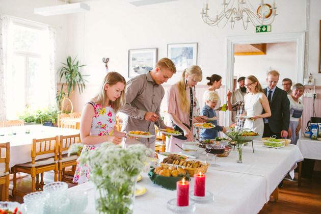 Juhlavakea-ruokajonossa