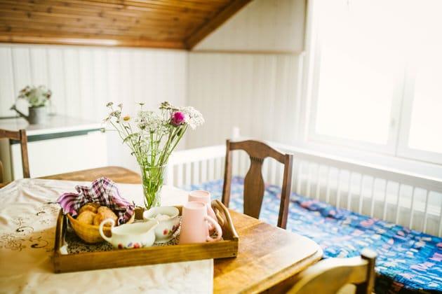 Linnunpesan-keittiossa-kahvit-katettuna