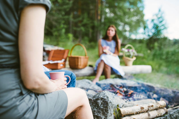 Naiset-kahvilla-nuotion-aarella
