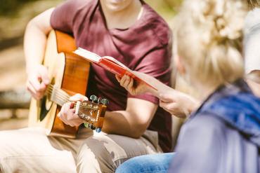 Poika-soittaa-kitaraa