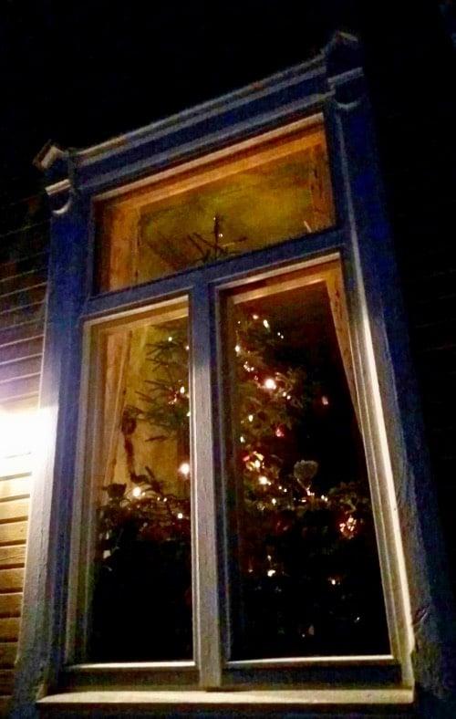 Valaistu-joulukuusi-ulko-päin-kuvattuna