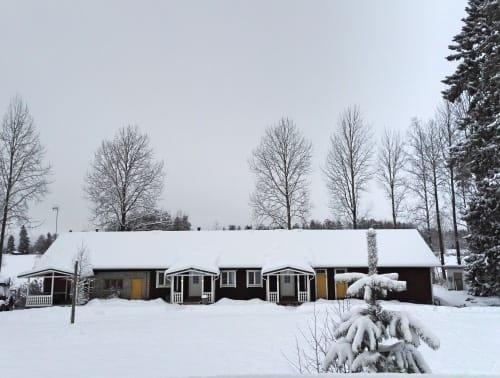 Vastasatanut-lumi-peittaa-Majatalon-pihan