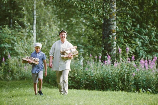 Veljekset-kantavat-puita-saunaan