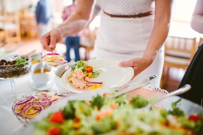Naisella-ruokaa-lautasella