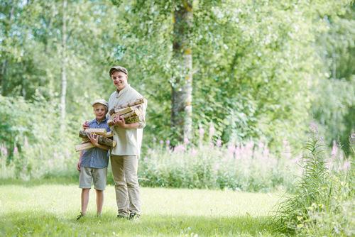 Iso-ja-pikkuveli-kantavat-puita-saunaan