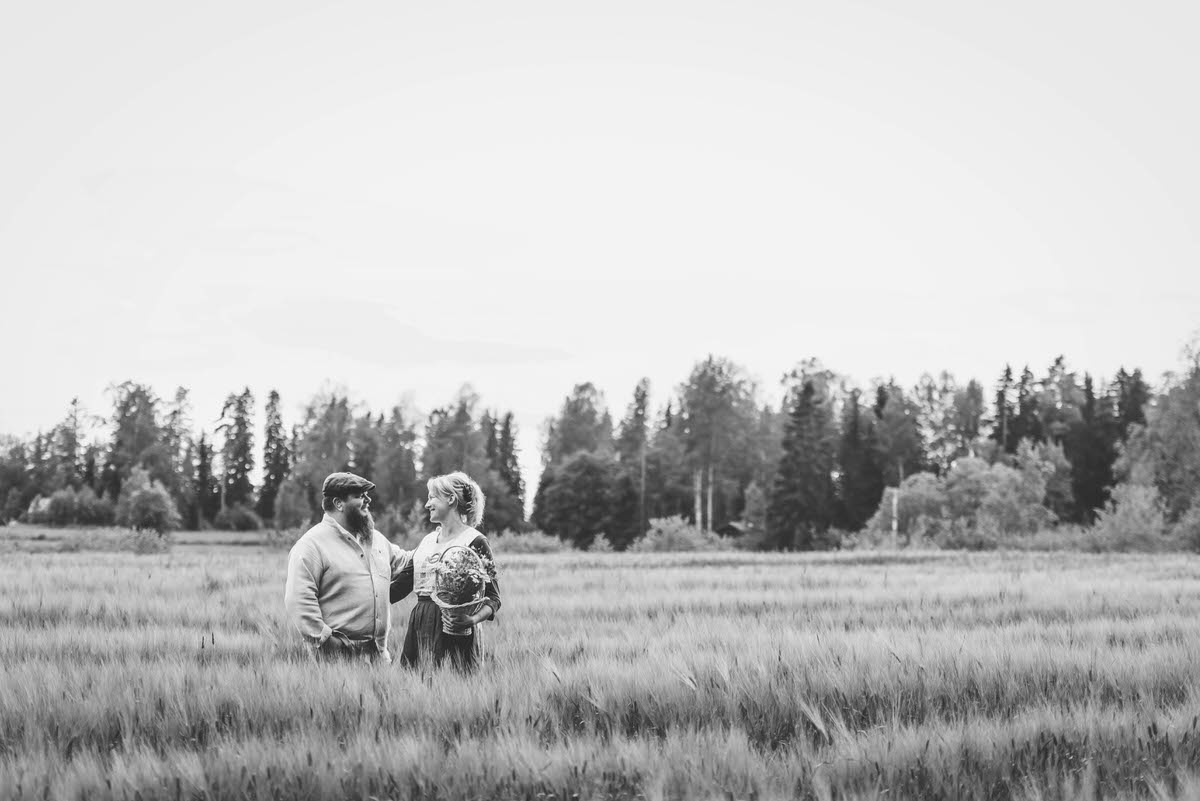 Ansku-ja-Mikko-pellolla-mustavalkoinen-kuva