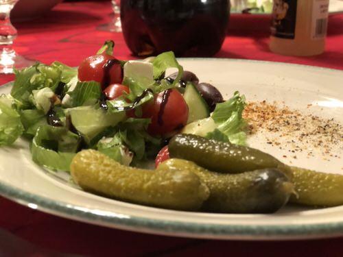 Raclette-suolakurkut-ja-salaatti