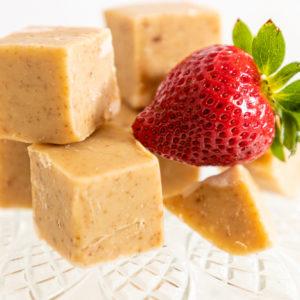 Fudge-paakuva-mansikka-valkosuklaa-1