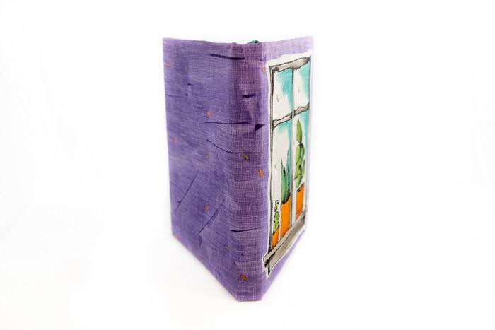Muistikirja-Lila-kukkaruukkuja-ikkunalla-avattuna