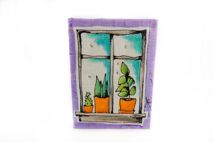 Muistikirja-Lila-kukkaruukkuja-ikkunalla-etukansi
