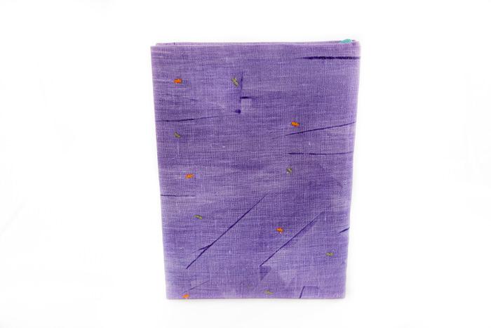 Muistikirja-Lila-kukkaruukkuja-ikkunalla-takakansi