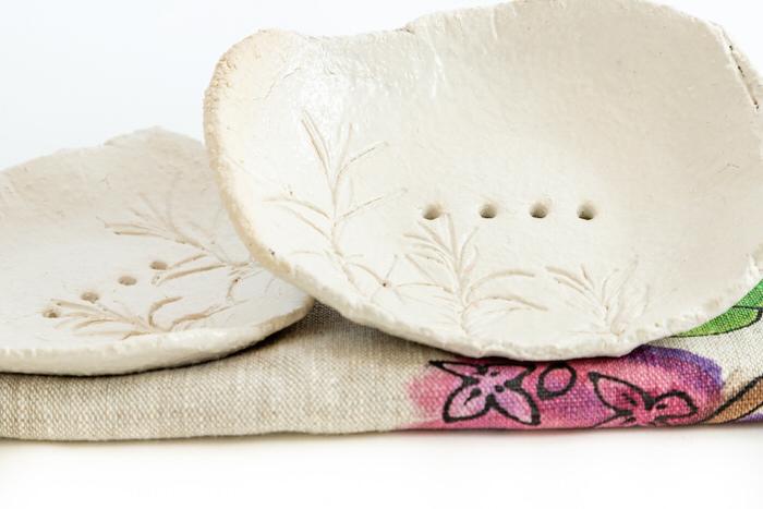 Saippuatelineet-ja-pyyhe-lahikuva