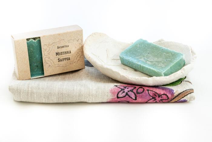 Setti-mustikkasaippua-saippuateline-ja-pyyhe