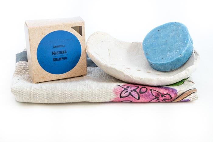 Setti-mustikkashampoo-saippuateline-ja-pyyhe