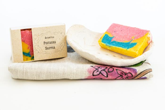 Setti-puutarhasaippua-saippuateline-ja-pyyhe