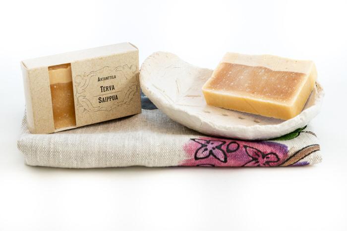 Setti-tervasaippua-saippuateline-ja-pyyhe